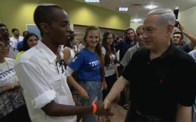 Prime Minister Benjamin Netanyahu meets Sderot teens on Monday. Credit: GPO.