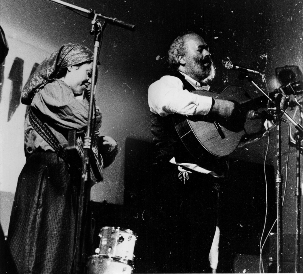 Click photo to download. Caption: In the fall of 1984, Nechama Silver plays her autoharp with Rabbi Shlomo Carlebach at a concert near Tel Aviv. Credit: Provided photo.
