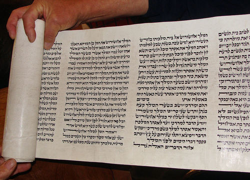A Torah scroll. A new grant to the Herzl Institute in Jerusalem will allow Christians to study Jewish texts. Credit: Wikimedia Commons.