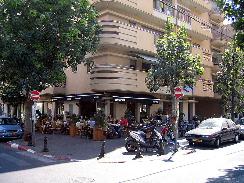 A street cafe in Tel Aviv. Credit: Wikimedia Commons.