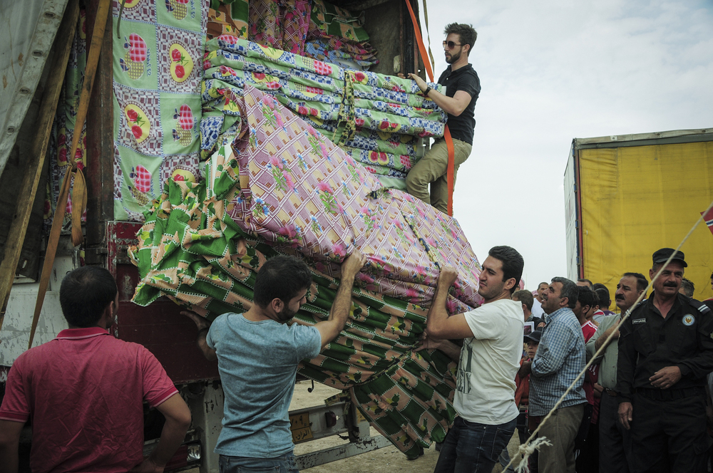 Click photo to download. Caption: In early October, IsraAID delivers mattresses and blankets (among other supplies) to Iraqi refugees in Kurdistan. Credit: IsraAID.
