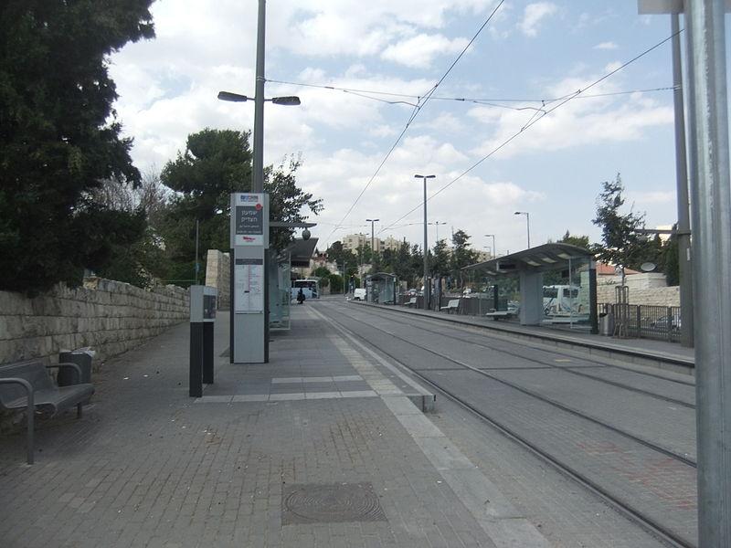 The Shimon Hatzadik light rail station. Credit: Wikimedia Commons.