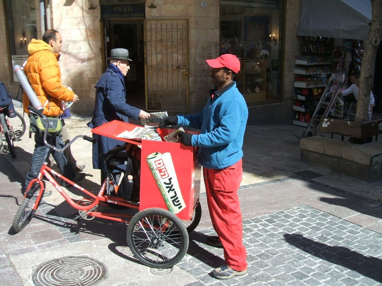 Caption: Distribution of free copies of theIsrael Hayomnewspaper in Jerusalem. Credit: Wikimedia Commons.