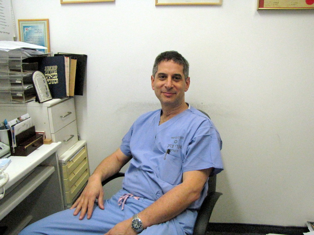 Dr. Danny Fink (pictured) and Dr. Faras Abu Acher of Shaare Zedek Medical Center performed Israel's first single-incision lung surgery. Credit: Shaare Zedek.