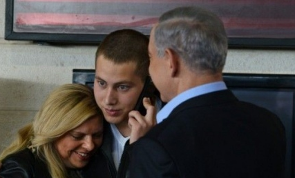 Avner Netanyahu with his parents on Dec. 1, his IDF enlistment day. Credit:Kobi Gideon/GPO.