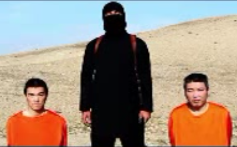 An Islamic State terrorist with two Japanese hostages. Credit: YouTube.