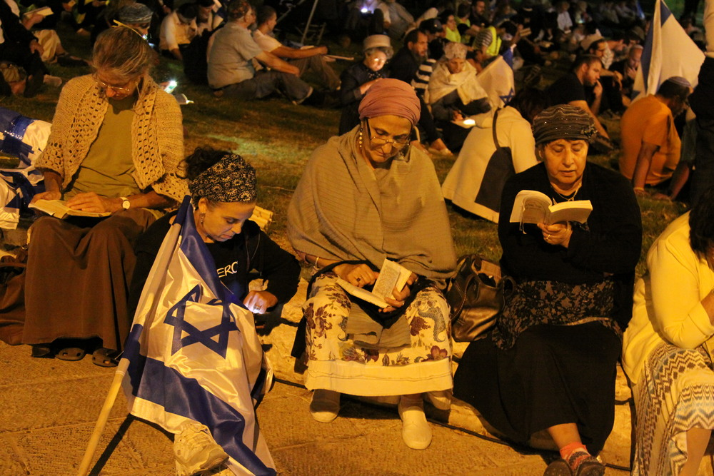 Click photo to download. Caption: On Aug. 4, 2014 in front of the American consulate in Jerusalem, the pictured reading of the Book of Lamentations (Megillat Eicha) on the eve of the Jewish fast day of Tisha B'Av drew 1,500. Who is protecting the American consulate when such gatherings take place? Palestinian security guards who might be former terrorists, according to a new report by Ynet. Credit: Gershon Elinson/Flash90.