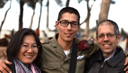 Sol Kikuchi with his parents. Credit: IDF Spokesperson's Office.