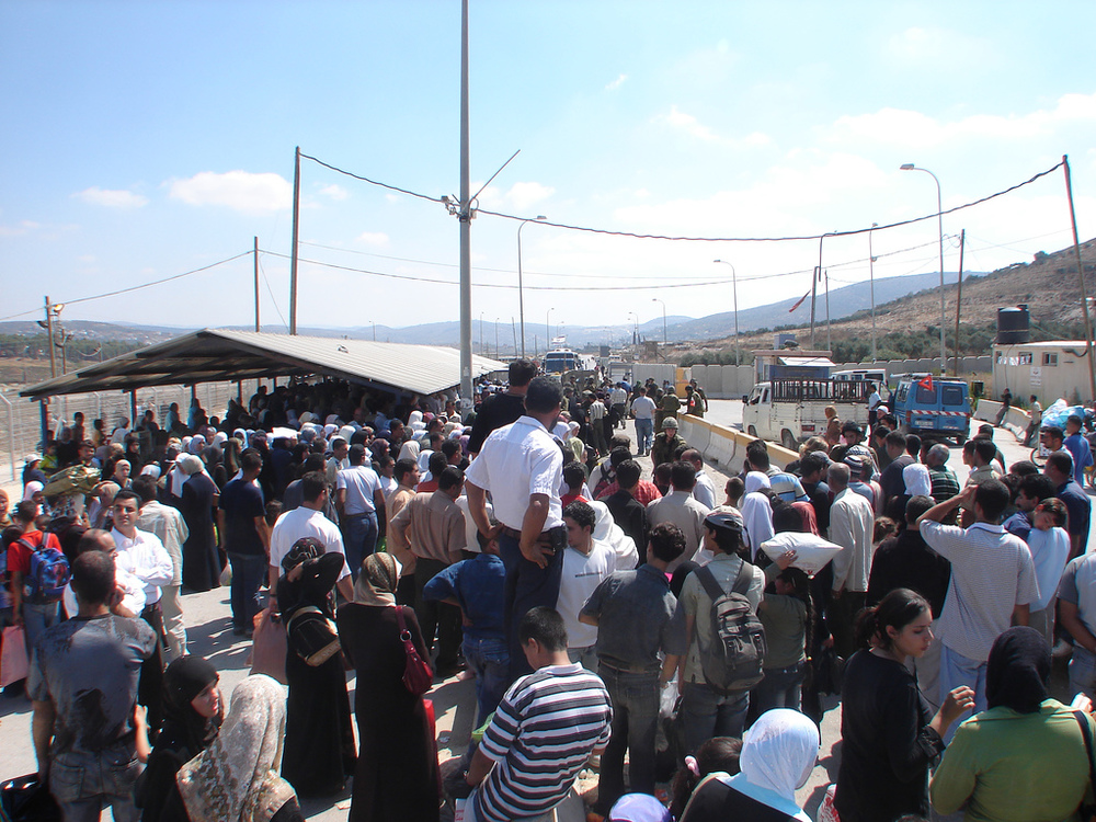 The IDF's Huwwara checkpoint between Israel and the Palestinian city of Nablus. Palestinians who cross over into Israel for work, or those who work beyond the 1949 armistice line (Green Line), earn higher wages than those Palestinians employed by the PA or in Gaza, according to a new survey. Credit: Wikimedia Commons.