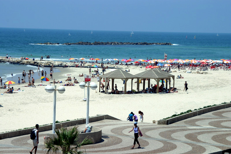 A Tel Aviv beach. Credit: Wikimedia Commons.