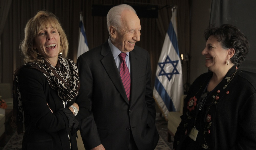 "Click photo to download. Caption: Former Israeli president Shimon Peres (center) with ""Above and Beyond"" producer Nancy Spielberg (left) and director Roberta Grossman (right). Credit: Above and Beyond."