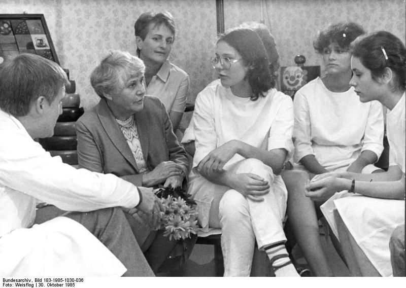 German neonatologist Ingeborg Syllm-Rapoport in a discussion with nurses in a German hospital in 1985. Credit: The German National Archive via Wikimedia Commons.