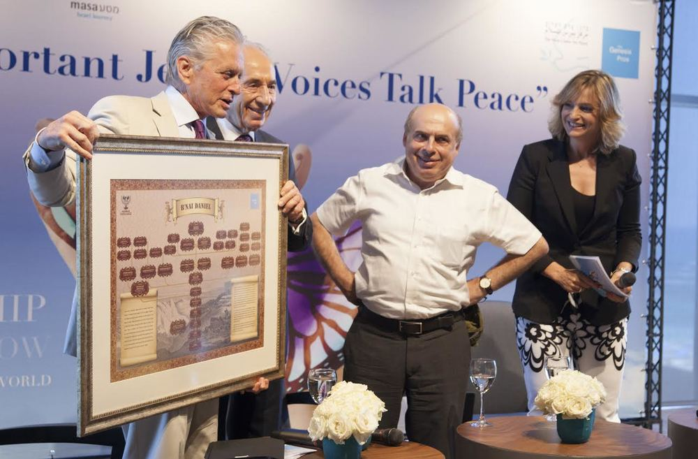 American actor Michael Douglas (left) holds up a picture along with former Israeli president Shimon Peres and Jewish Agency Chairman Natan Sharansky during his address to hundreds of young Jewish leaders at the Peres Center for Peace in Tel Aviv. Credit: Peres Center for Peace.