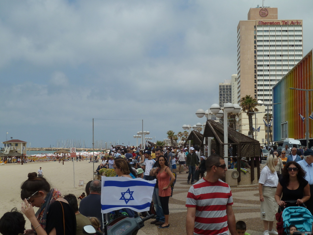 A plan to transform a Paris beach on the River Seine into a mock Tel Aviv beach (actual Tel Aviv beach pictured here) for one day has infuriated anti-Israel BDS movement activists. Credit: Wikimedia Commons.