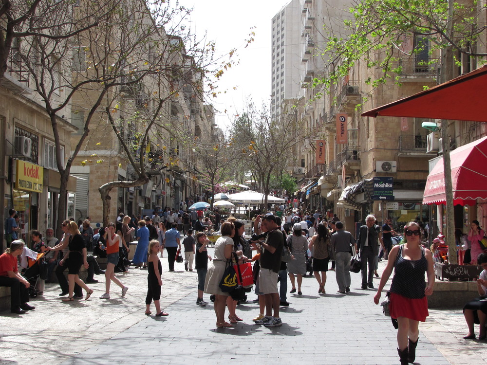 The Ben Yehuda Street mall in Jerusalem. Credit: Yoninah via Wikimedia Commons.