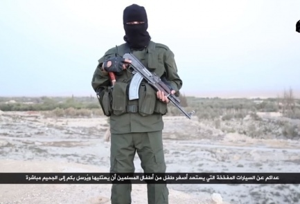 A masked man threatens Israel in Hebrew in an Islamic State video. Credit: Screenshot.