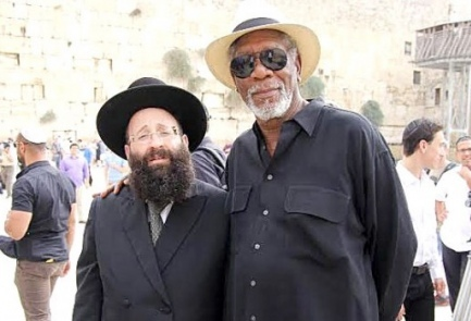 Rabbi Shmuel Rabinowitz and actor Morgan Freeman at the Western Wall on Sunday in Jerusalem. Credit: Yisrael Cohen, Kikar Hashabat.