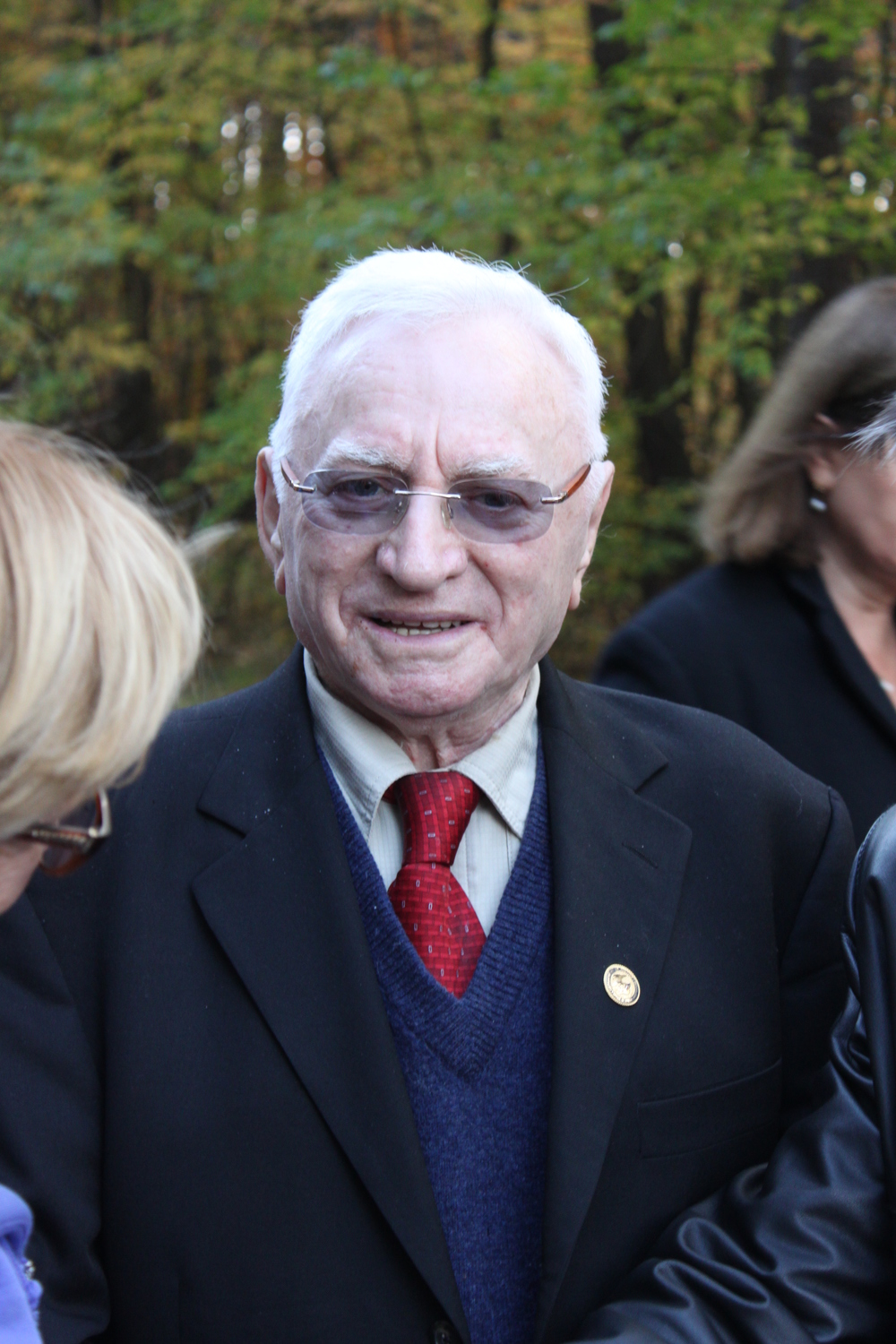 Thomas Blatt visiting the site of the Sobibor Holocaust death camp in 2013. Credit: Wikimedia Commons.