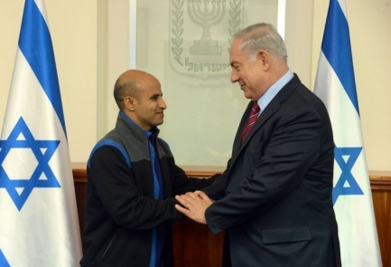 Ouda Tarabin (left) with Israeli Prime Minister Benjamin Netanyahu after the former was freed from Egyptian prison. Credit: GPO.