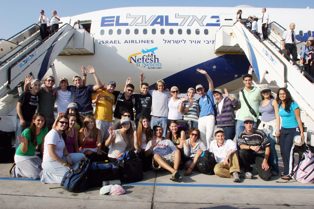 A December 2007 Nefesh B'Nefesh charter flight from North America. Credit: Wikimedia Commons.