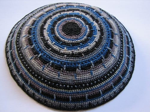A kippah. Credit: Wikimedia Commons.