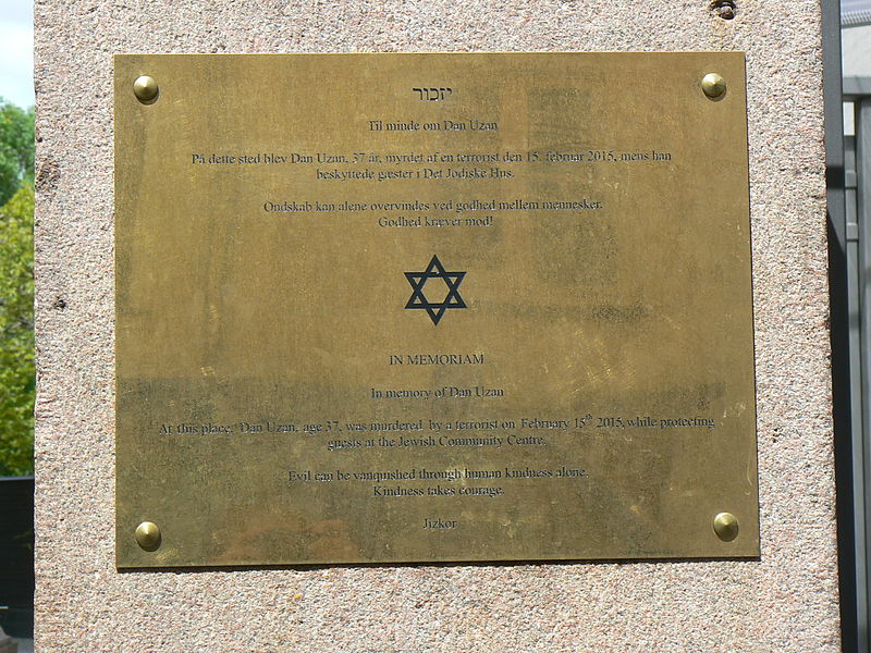 A plaque in Copenhagen commemorating slain Israeli security guard Dan Uzan. Credit: Jarosław Góralczyk via Wikimedia Commons.