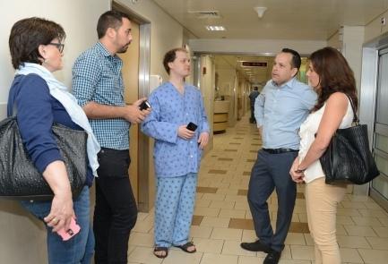 Yevgeny Tsiplin (center), a Russian victim of Tuesday's Palestinian stabbing spree in Jaffa, in the hospital in Tel Aviv. Credit: Tel Aviv Sourasky Medical Center.