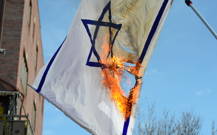 The burning of an Israeli flag. Credit: Gedalya AKA David Gott via Wikimedia Commons.