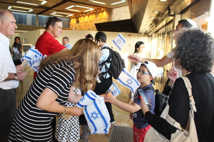 Aliyah from France arrive in Israel in June, 2015. Credit: Nathan Roi for The Jewish Agency for Israel.