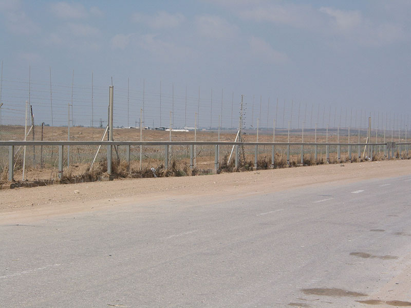 The Israel-Gaza barrier near the Karni Crossing in 2005. Credit: Wikimedia Commons.