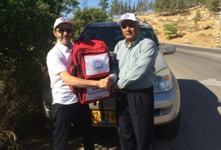 Hatzala Yehuda and Shomron medic Aryeh Levi gifts Dr. Abu Sherech with a first responder bag Credit: Rescuers Without Borders