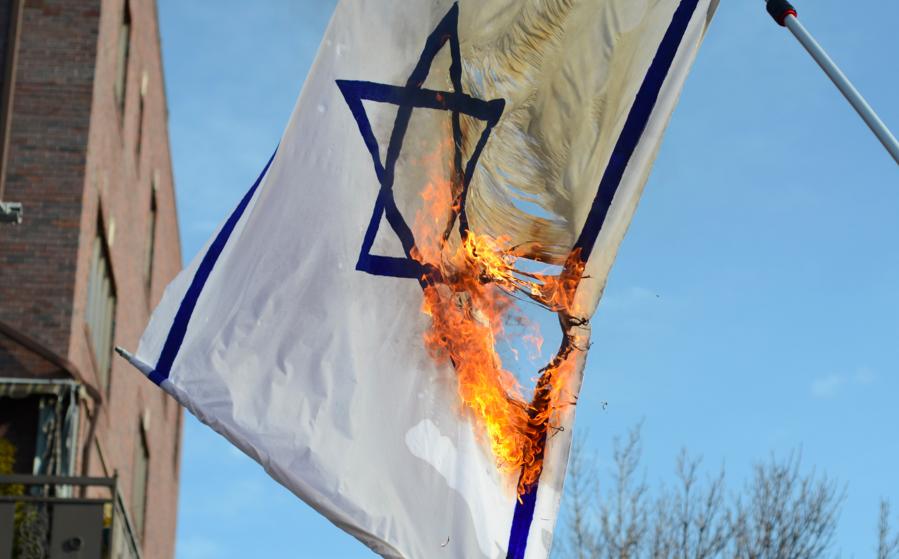 The burning of an Israeli flag. Credit: Gedalya AKA David Gott via Wikimedia Commons.