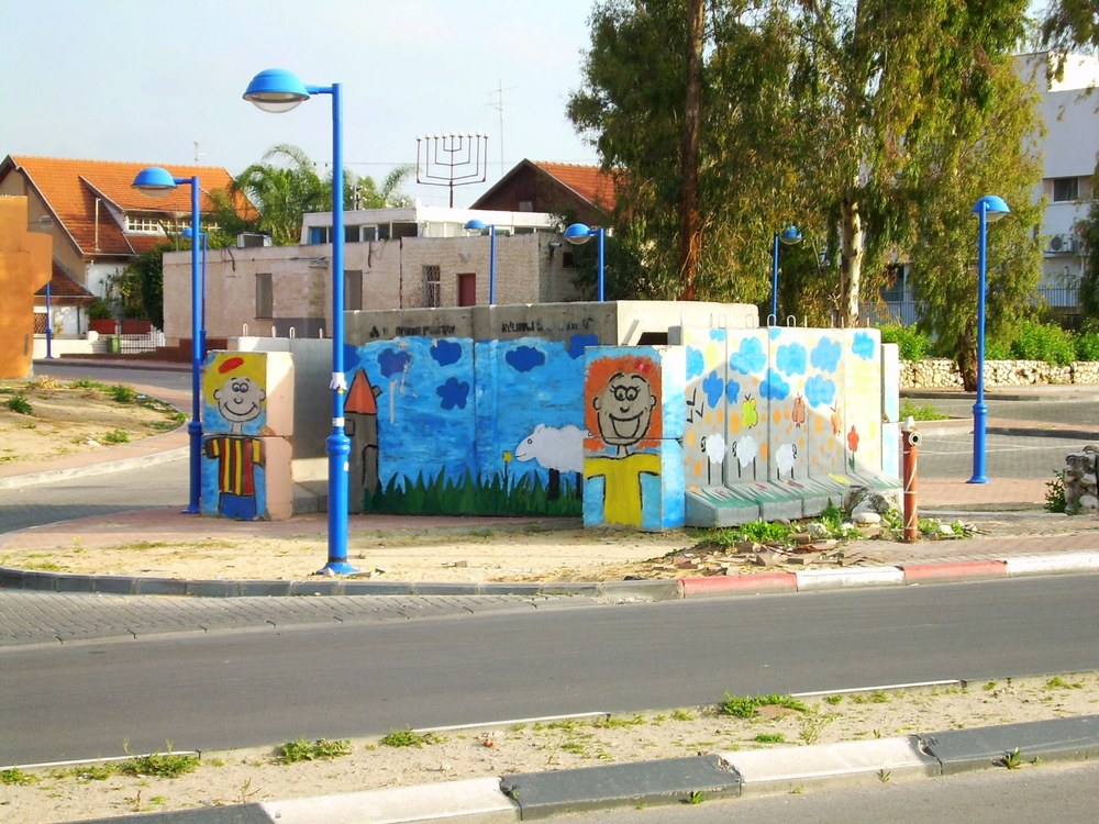 Entrance of public shelter in Sderot, Israel. Credit: Jewbask via Wikimedia Commons.
