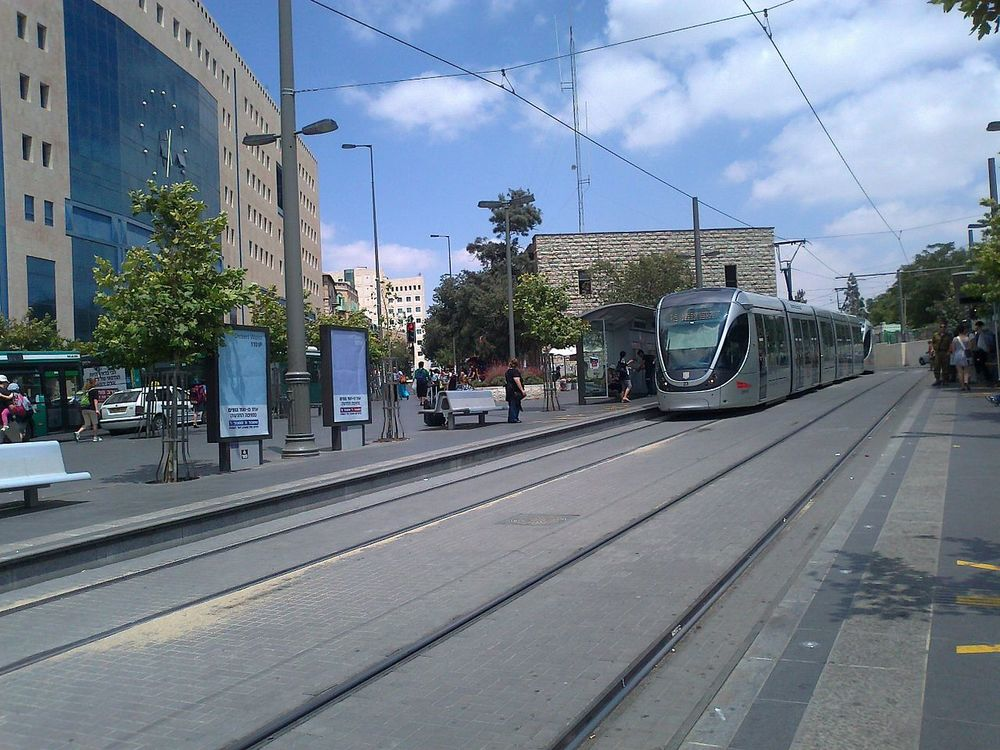The Jerusalem light rail. Credit: Wikimedia Commons.