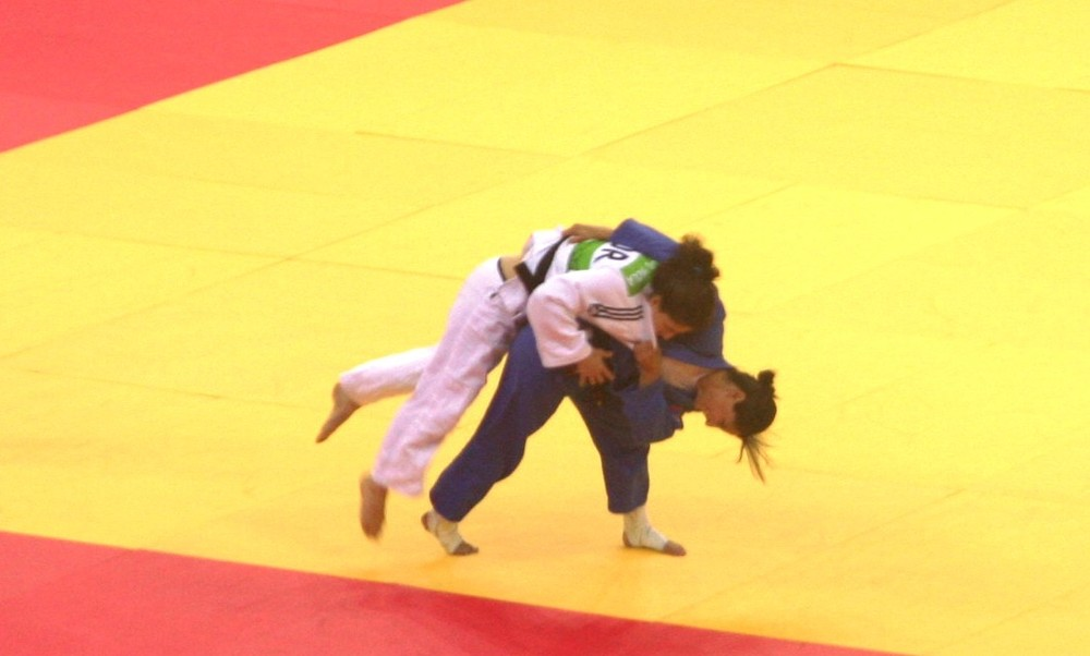 Yarden Gerbi (white) competing at the 2015 European games. Credit: Wikimedia Commons.