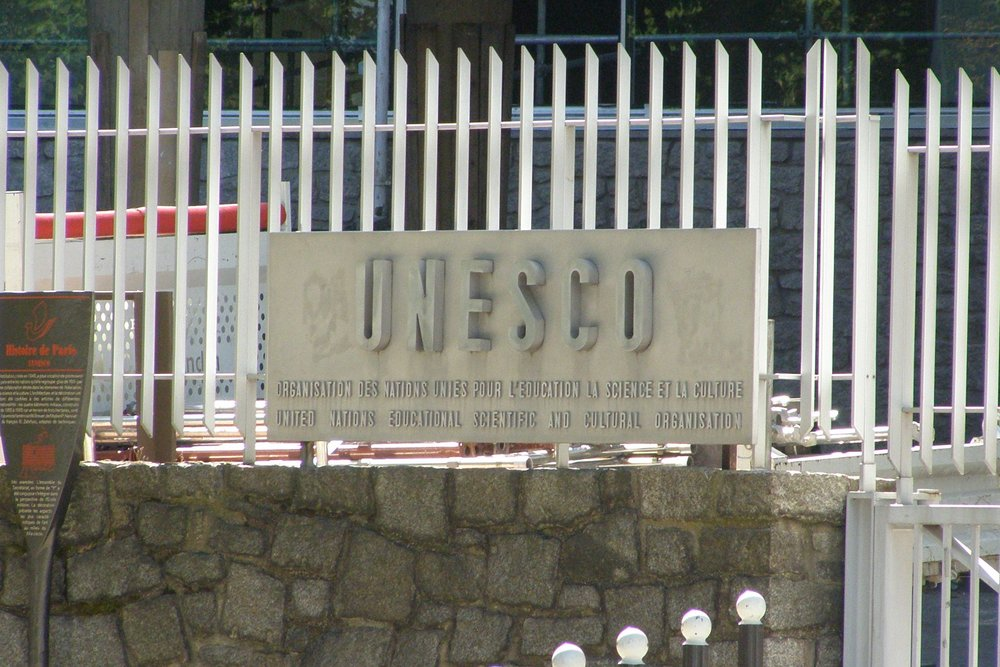 A sign outside the headquarter of UNESCO in Paris, France. Credit: Wikimedia Commons.