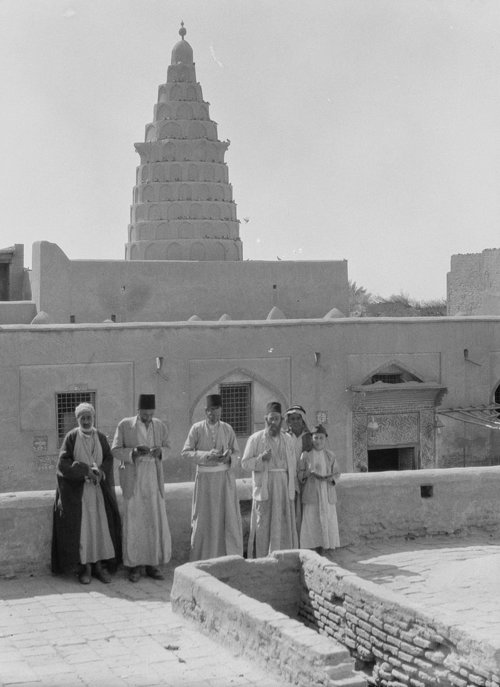 Iraqi Jews posing in front of the Prophet Ezekiel's Tomb in Al Kifl, Iraq in 1932. Credit: Wikimedia Commons.
