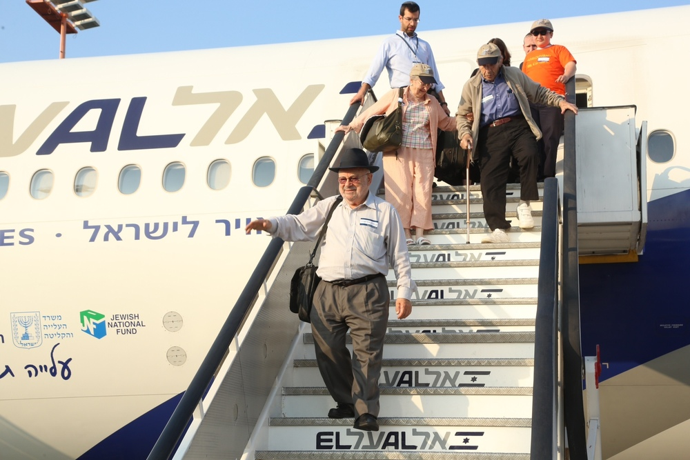 New immigrants arrive to Israel on a Nefesh B'Nefesh chartered aliyah flight. Credit: Sasson Tiram/Nefesh B'Nefesh.