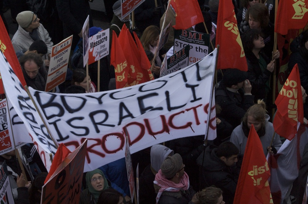 A protest in London calling for a boycott of Israeli products. Credit: Claudia Gabriela Marques Vieira via Wikimedia Commons.