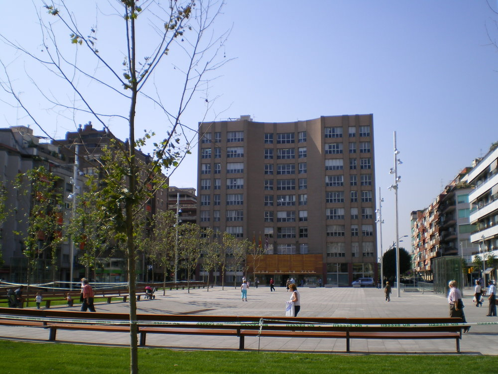 City hall and its adjacent public square in Sant Adrià de Besòs, Spain. Credit: Wikimedia Commons.