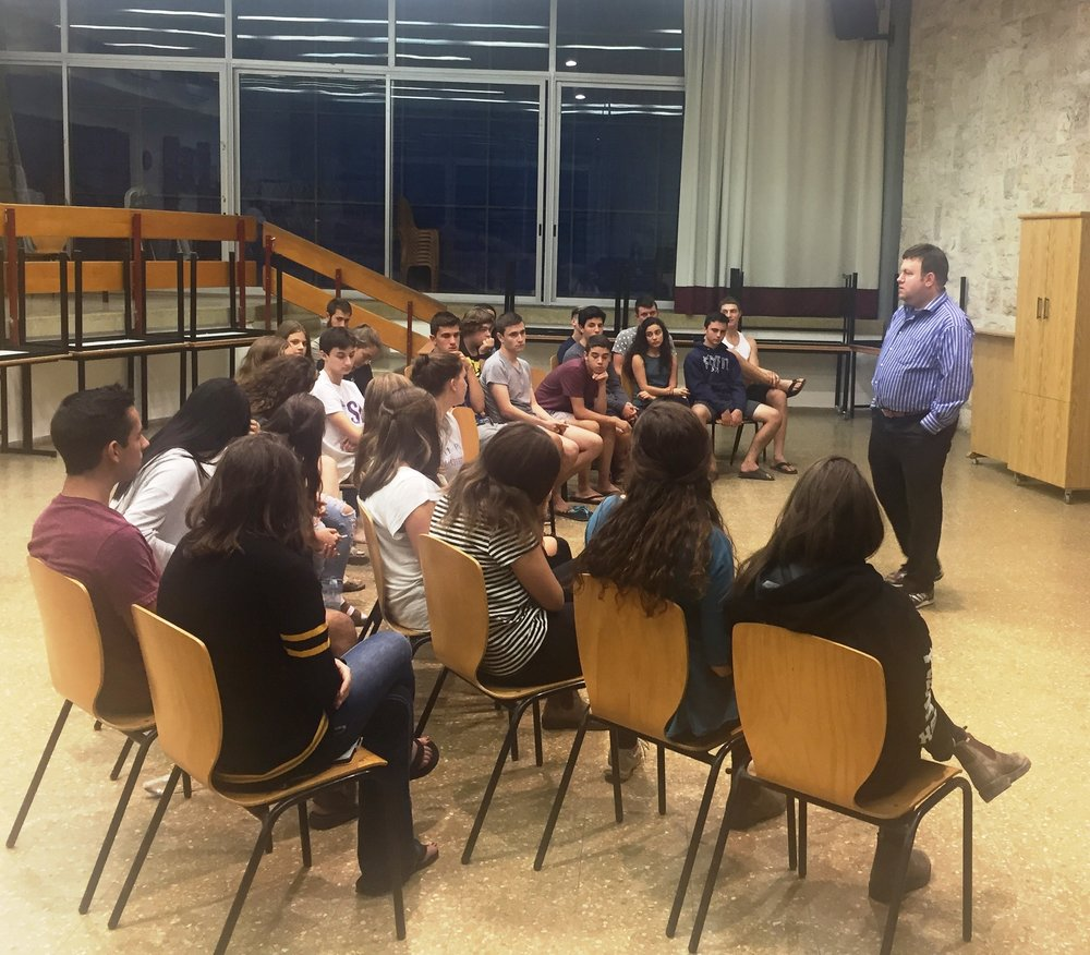 American pollster Dr. Frank Luntz speaks to students at the Alexander Muss High School in Israel (AMHSI). Credit: Courtesy of AMHSI.