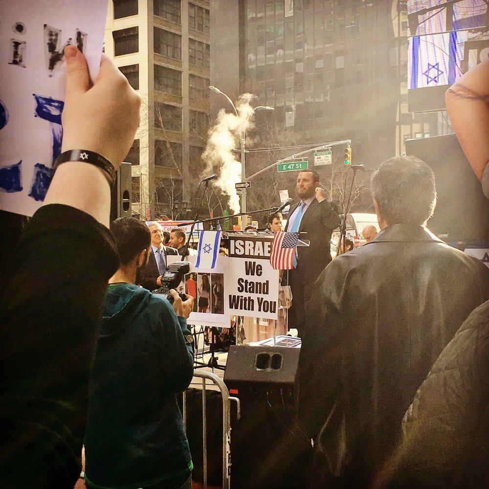 Rabbi Shmuley Boteach speaks at Thursday's pro-Israel rally outside the French Mission to the United Nations in New York City. Credit: Twitter.