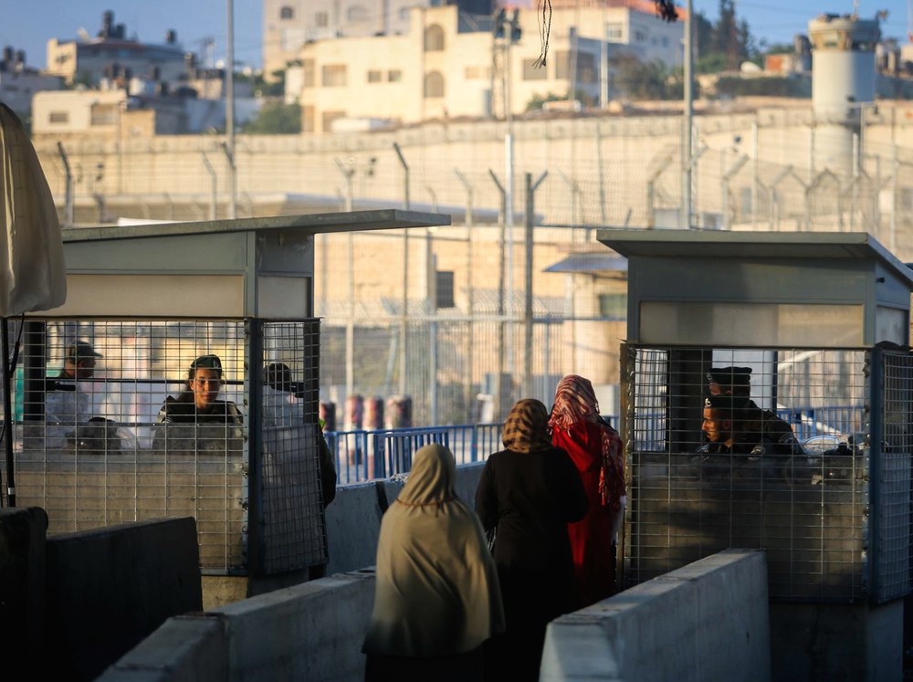Palestinians cross the Kalandia checkpoint on their way into Jerusalem June 10, 2016. Credit: Flash90.