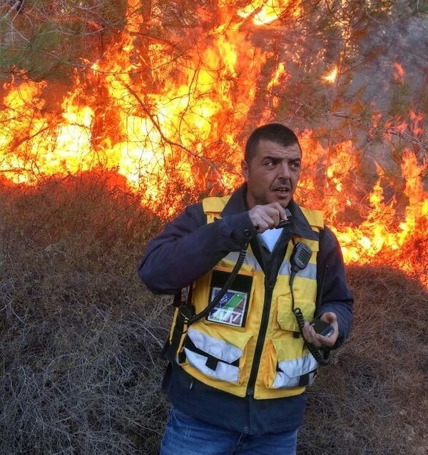 A KKL-JNF firefighter deals with a blaze in Israel. Credit: KKL-JNF.