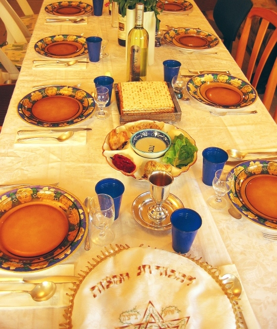 A Passover seder table. Susan Abeles received a five-day suspension for going AWOL from work during Passover,and was later forced into early retirement. Credit: Gilabrand via Wikimedia Commons.