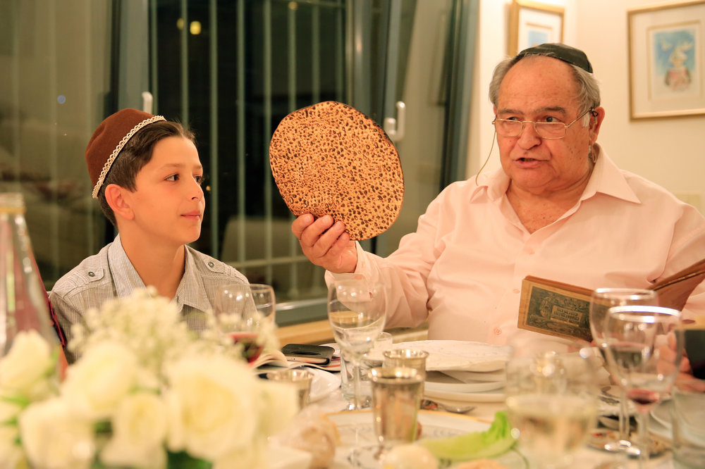An Israeli family during a Passover seder April 22, 2016. Credit: Nati Shohat/Flash90.