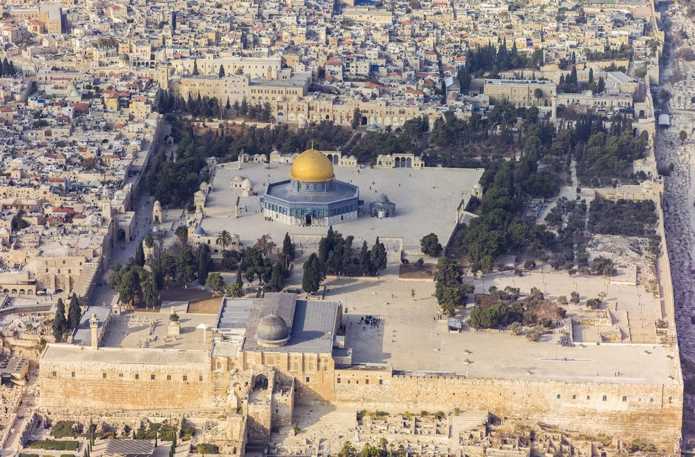 An aerial view of the Temple Mount in the Old City of Jerusalem. Credit: Andrew Shiva via Wikimedia Commons.