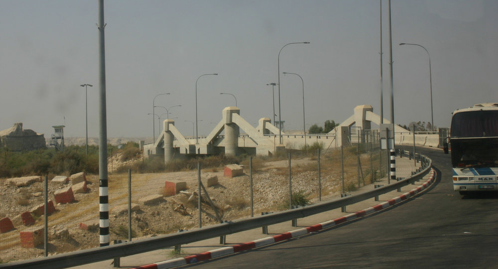 The Allenby Bridge border crossing (pictured) between Jordan and the disputed territories was among the topics discussed by Israeli Finance Minister Moshe Kahlon and Palestinian Authority Prime Minister Rami Hamdallah. Credit: Wikimedia Commons.