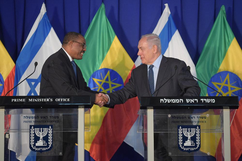 Ethiopian Prime Minister Hailemariam Desalegn (left) meets with Israeli Prime Minister Benjamin Netanyahu in Jerusalem Tuesday. Credit: Amos Ben-Gershom/GPO.