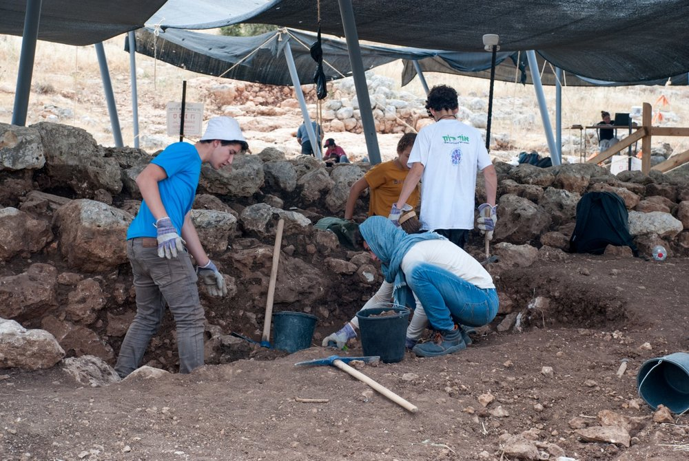 Israeli students participate in the dig near Rosh Ha-Ayin, which resulted in the discovery of a 2,700-year-old ancient water reservoir. Credit: Gili Stern, Israel Antiquities Authority.